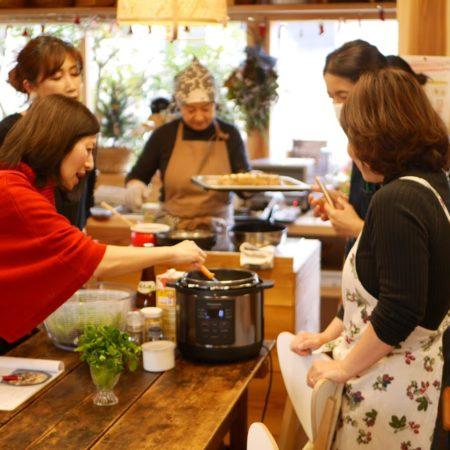 電気圧力鍋で調理する女性