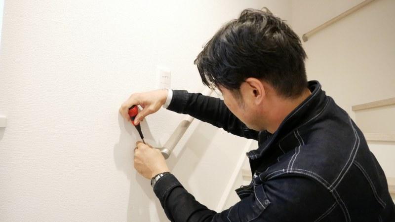 手すりを設置するスタッフ