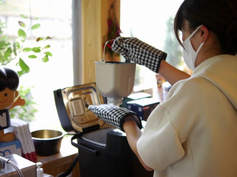 ホームベーカリーを使う女性